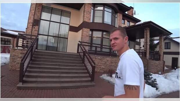 Почем футболист «Рубина» Тарасов продает свой 3-этажный особняк