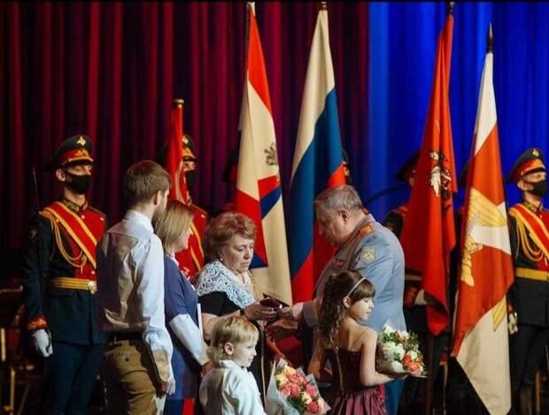 Военком Митина вручил дочери героя затерявшееся удостоверение к ордену