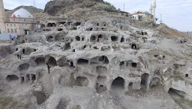 Огромный подземный город, в котором постоянно жили загадочные жители