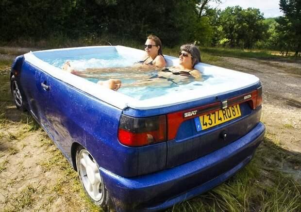 Французский художник превратил старый трейлер в бассейн авто, автомобили, бассейн, дизайнер, инсталяция, искусство, фургон, художник