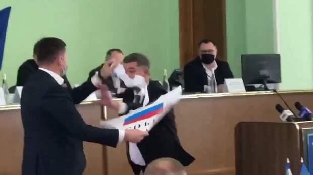 В Херсонском облсовете произошла драка из-за флага России