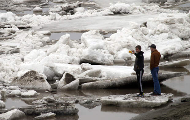 Разрушение набережной в Хабаровске глыбами льда попало на видео