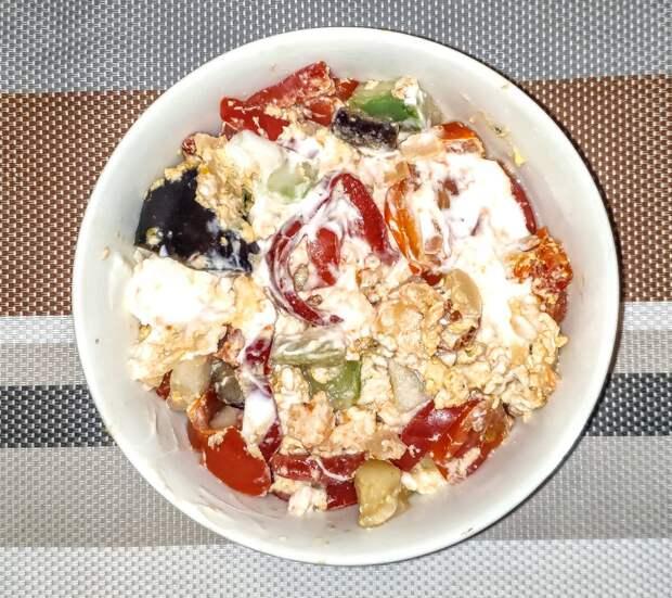 Еда. 2 яйца, 200 граммов разных овощей, ложка сметаны. 250 ккал.