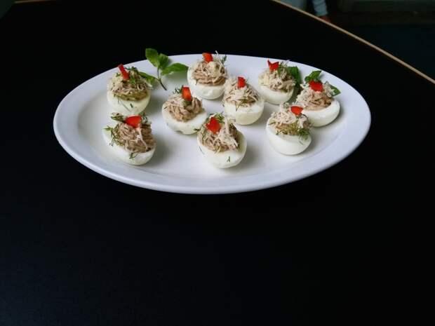 Фаршированные яйца грибной пастой.