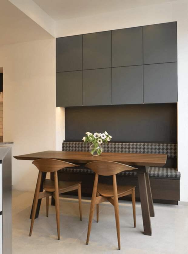 Комплект из двух стульев и обеденного стола из цельного натурального, идеально отшлифованного венге аккуратной формы