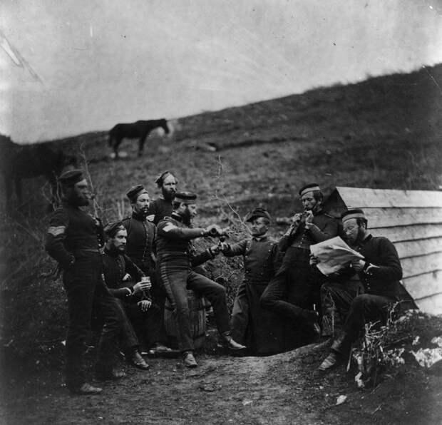 Английские и французские солдаты выпивают около Севастополя
