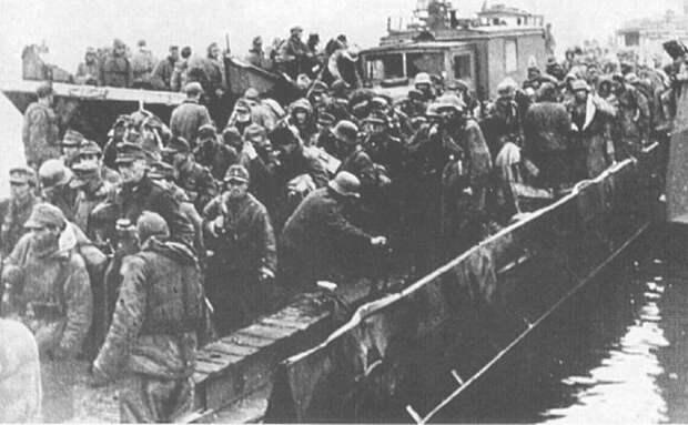 Немецкие войска переправляются через залив Фришес-хафф.