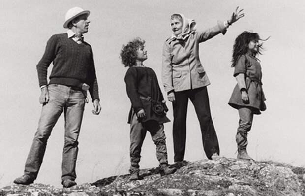 Астрид Лингдрен с исполнителями ролей Бирка и Роньи и режиссёром фильма об их приключениях.