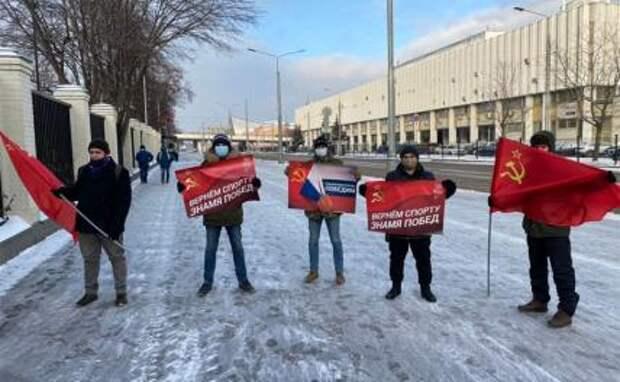 На фото: активисты Движения ЗА ПРАВДУ и представители Гвардии Захара Прилепина у здания Олимпийского комитета в Москве
