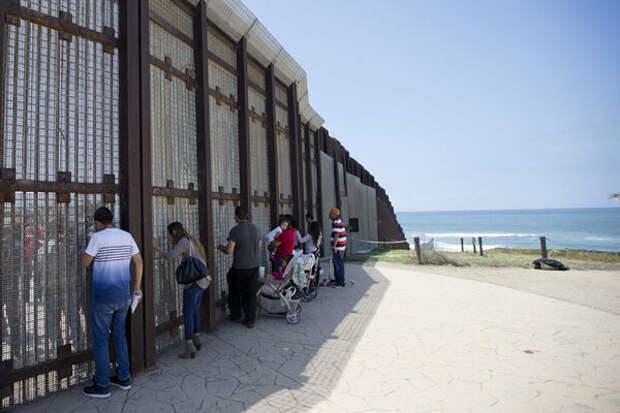 «Красивая стена»: Трамп расхваливает свой проект, а на границе дети мигрантов гибнут от обезвоживания