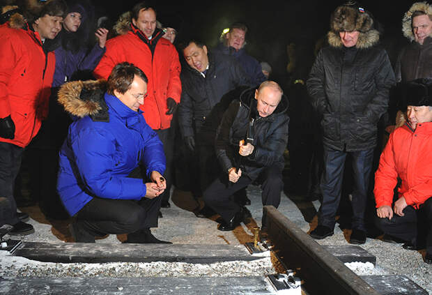 На фото: бизнесмен Руслан Байсаров и премьер-министр РФ Владимир Путин (слева направо в центре) во время церемонии начала строительства участка железной дороги Кызыл-Курагино, 2011 год.