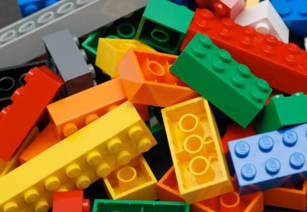 Конструктор и другие детские игрушки нуждаются в регулярном очищении / Фото: educube.ru