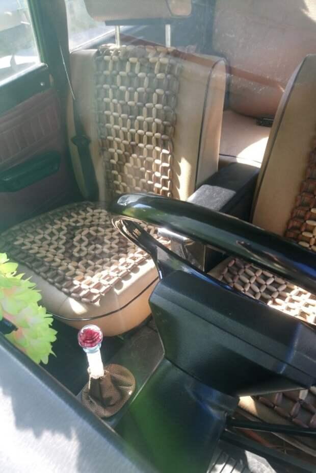 Накидка из деревянных роликов и салон украшает, и спине помогает. | Фото: drive2.ru.