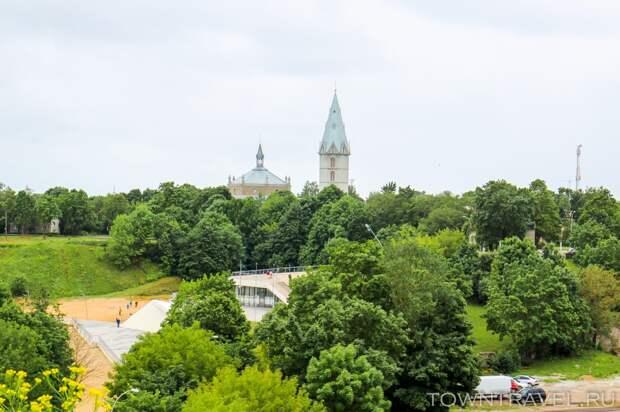 25 Александровская лютеранская церковь крупным планом из Нарвского замка