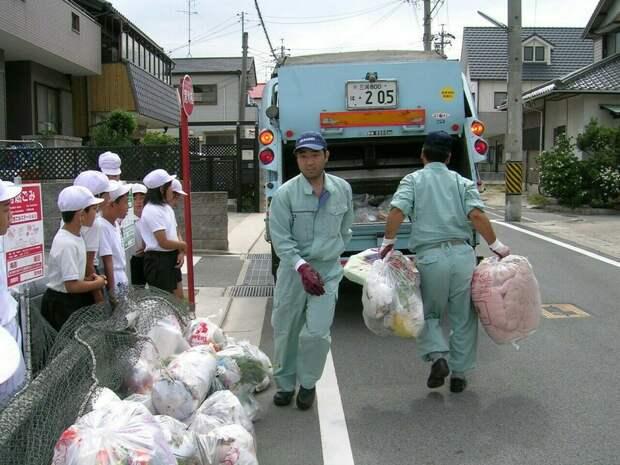 Японцы решили выразить благодарность сборщикам мусора за их труд