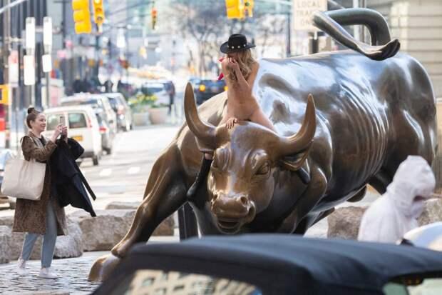 Обнаженная девушка устроила фотосессию с быком прямо на Уолл-Стрит