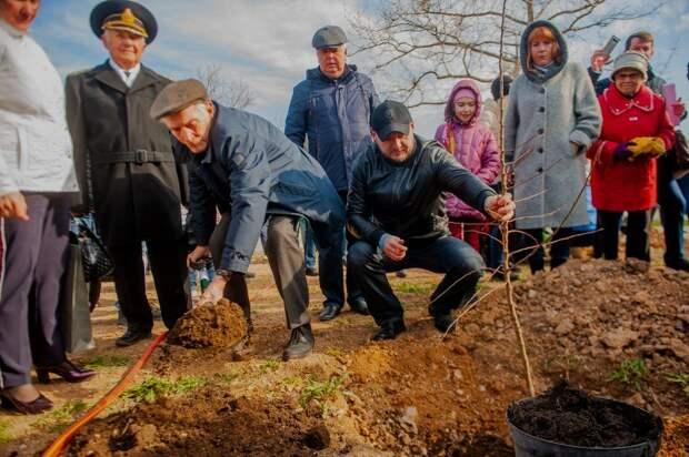 Лановой и Шкаплеров заложили Сад Памяти в Севастополе