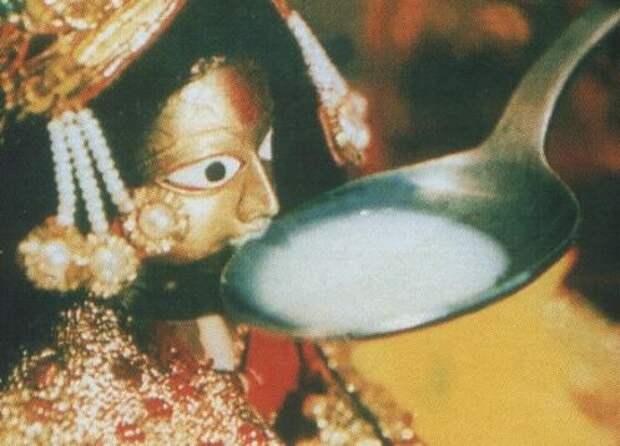 """""""Молочное чудо"""": Как в 1995 году статуи индуистских богов пили молоко"""