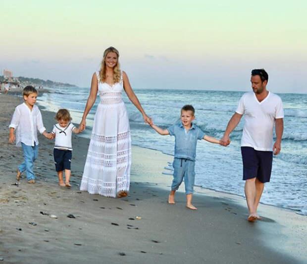 мария кожевникова с мужем и сыновьями на пляже
