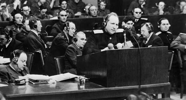 Достал пистолет и пристрелил Геринга прямо в зале суда