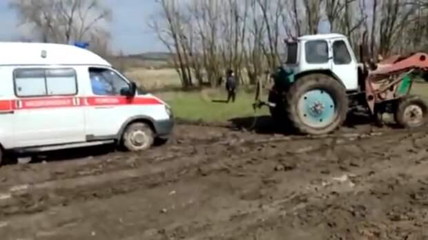 Трактором вытаскивали застрявшую набездорожье скорую вРостовской области