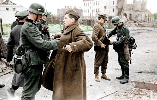 Польская армия была разгромлена Рейхом в кратчайшие сроки. На фото: пленные польские солдаты. Осень 1939 года