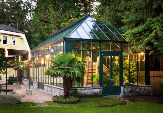 Беседка оранжерея станет прекрасной зоной отдыха и местом выращивания ранних сортов овощей и мобильного сада | Фото: roomble.com.