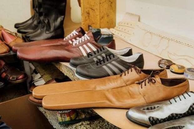 Житель Румынии придумал, как заставить людей держать дистанцию. Он сделал то, что умеет лучше всего — обувь