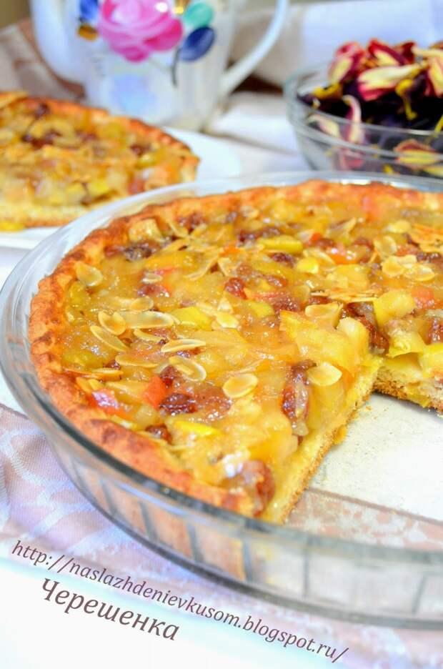 Яблочный тарт с медовой глазурью, миндалем и изюмом