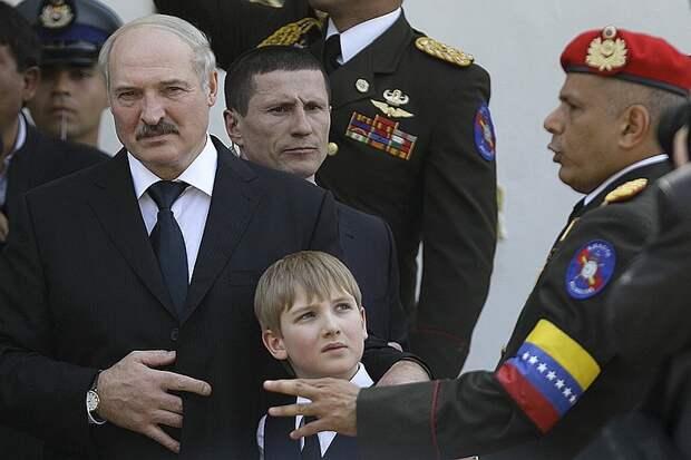Александр Лукашенко с сыном Колей на похоронах Уго Чавеса в Венесуэле.