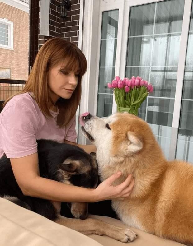 Звезда сериала Воронины Екатерина Волкова взяла из приюта слепую собаку