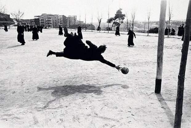 Семинаристы играют в футбол, Мадрид Испания, 1962 Весь Мир, история, фотографии
