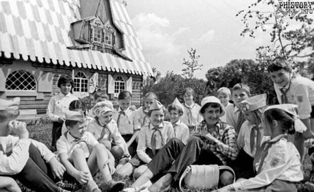 Астрид Линдгрен в подмосковном пионерском лагере. Московская область. РСФСР. СССР. 1973 год.