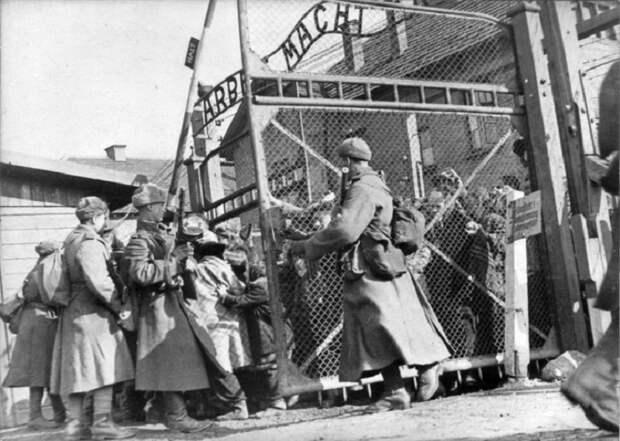 Советские солдаты открывают ворота лагеря Освенцим, 1945 год.