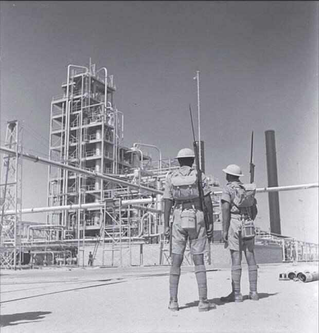 Индийские военнослужащие британской армии несут охрану Абаданского нефтеперерабатывающего завода. 4 сентября 1941 года