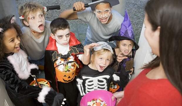 Дети обожают переодеваться в страшные костюмы на Хэллоуин