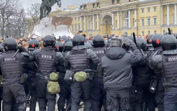 На митинге в Петербурге произошли столкновения протестующих с ОМОНом
