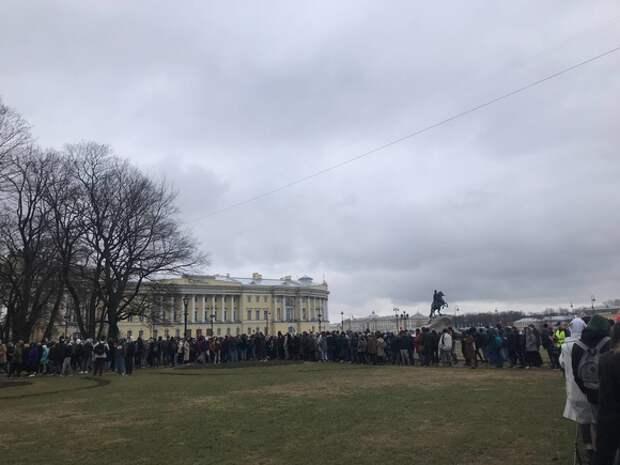 Силовики вытеснили протестующих на Сенатскую площадь