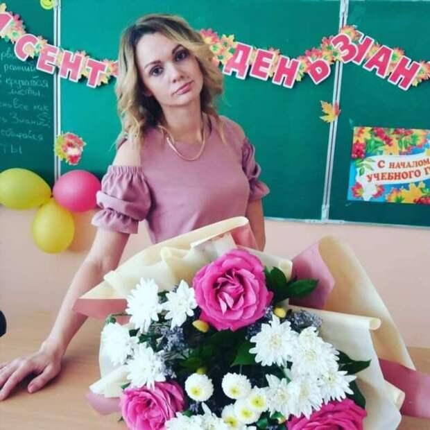 Я бы вернулся в школу: очаровательные учителя со школьных линеек 2020 года (21 фото)