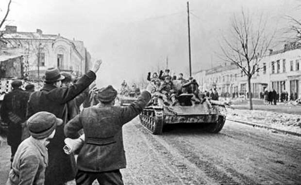 На фото: советские танки Т-34-85 2-го батальона 54-й гвардейской танковой бригады, прорвавшие оборону немецко-фашистских захватчиков, на одной из улиц города во время Второй мировой войны, Ченстохова. 16 января 1945 года