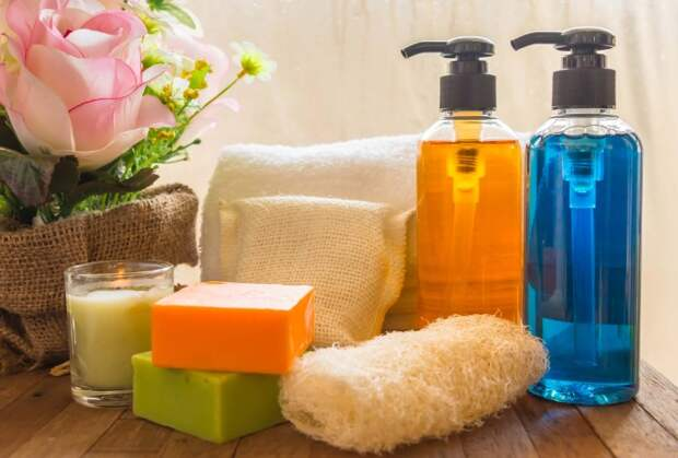 Жидкое мыло можно сделать самостоятельно, если растопить брусковое и перелить его в соответствующую емкость / Фото: blogs.zoylo.com