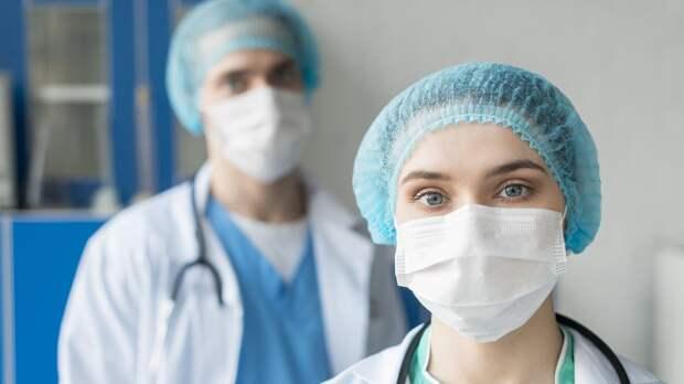 Доплаты работающим с коронавирусом медикам хотят продлить на 2021 год