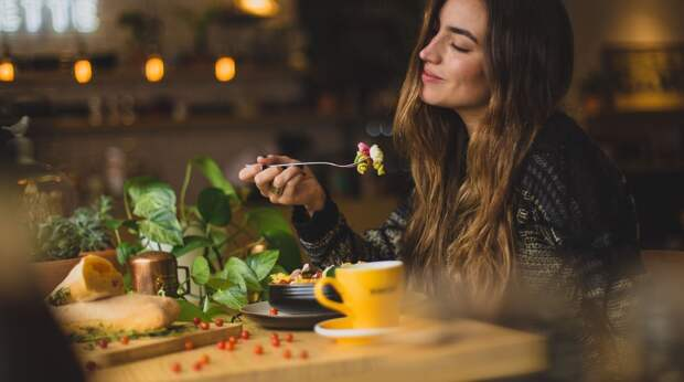 Этикет за столом: какие ошибки мы часто совершаем в ресторане?