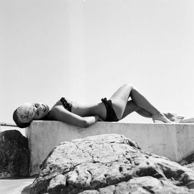 Актриса Эльке Зоммер загорает на пляже Канн во время Каннского кинофестиваля в 1961 году
