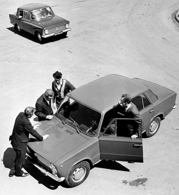 FIAT 124 с интересом изучают советские товарищи. 'Москвич', загрустивший на заднем плане, кажется все уже понимает… fiat, fiat 124, авто, автоистория, автомобили, ваз, ваз 2101, жигули