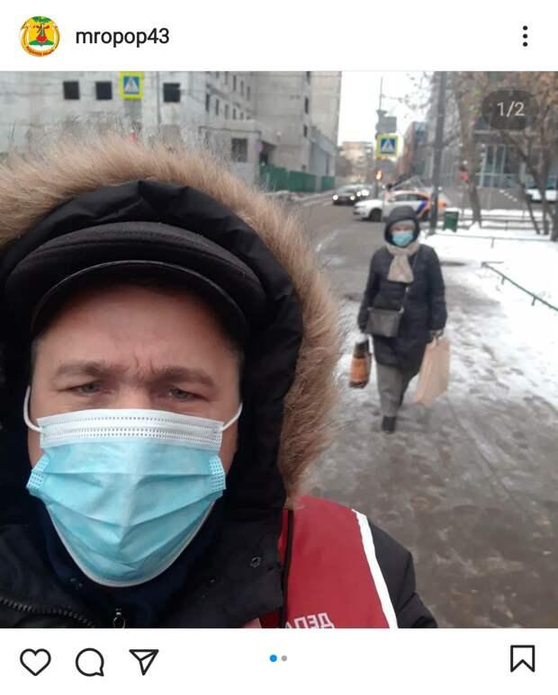 Фото дня: председатель ОПОП проверил у жителей Марьиной рощи наличие защитных масок
