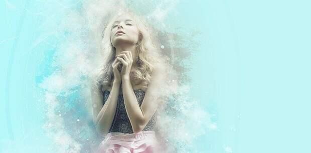 девушка блондинка молится
