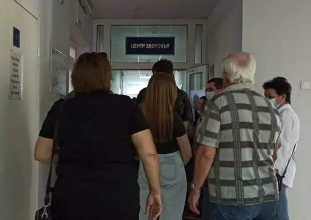 Житель Брянска заснял очередь на вакцинацию в поликлинике №2