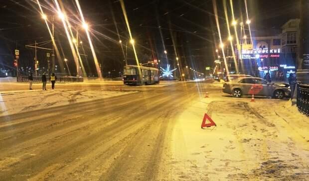 Девочка пострадала вДТП между Toyota Corolla иAudi вцентре Екатеринбурга