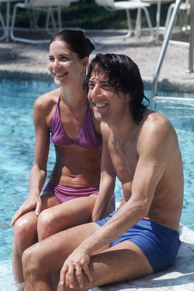 Дастин Хоффман с супругой Энни Бирн в бассейне отеля, 1975 года.